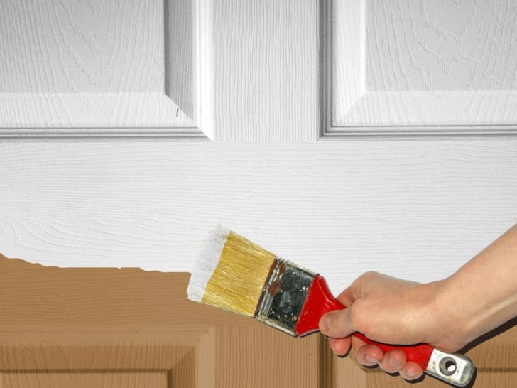 Pintando puerta de madera con brocha