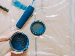 Cuidado con Manchar con pintura, siempre protege suelos y muebles