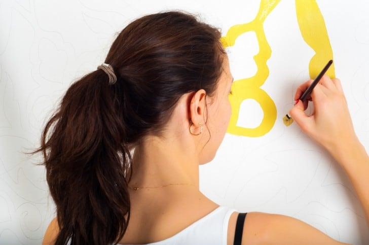 Pintando dibujo en la pared
