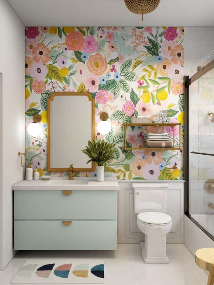 Papel pintado floral en el cuarto de baño