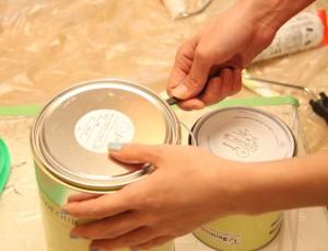 Abriendo lata de pintura