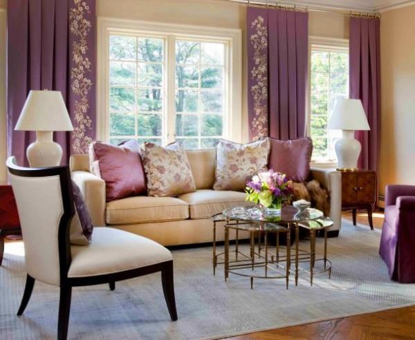 Salon beige y cortinas moradas