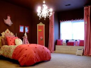 Un cuarto de niña en rosa y chocolate