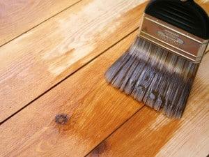 Preparación de barniz casero para maderas en exteriores