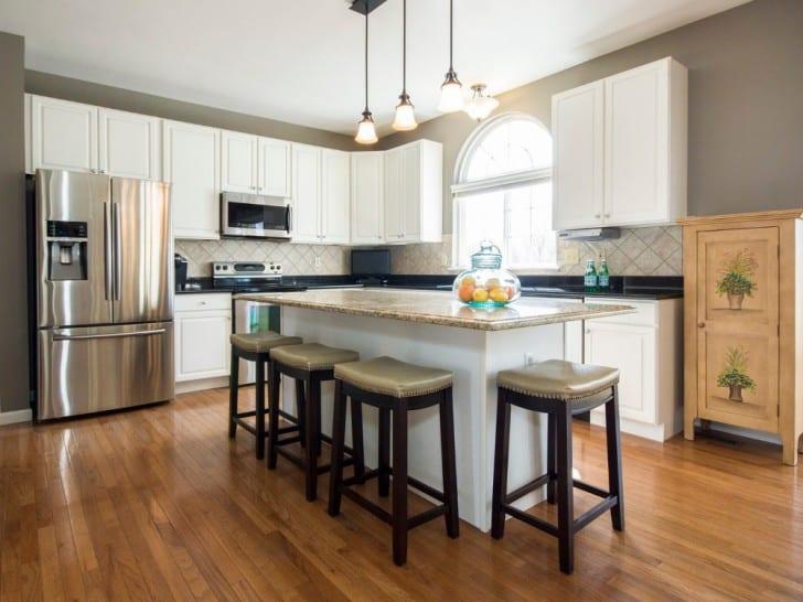 Cocina amplia con muebles blancos