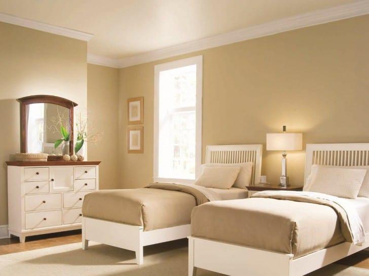 Dormitorio doble con paredes arena