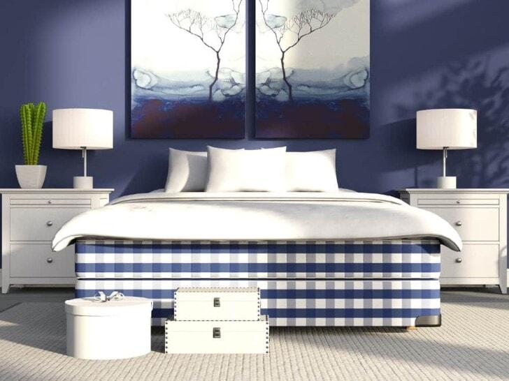 Cuarto azul cama y mesas blancas