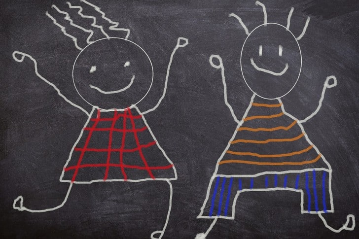 Dibujos infantiles en una pizarra negra