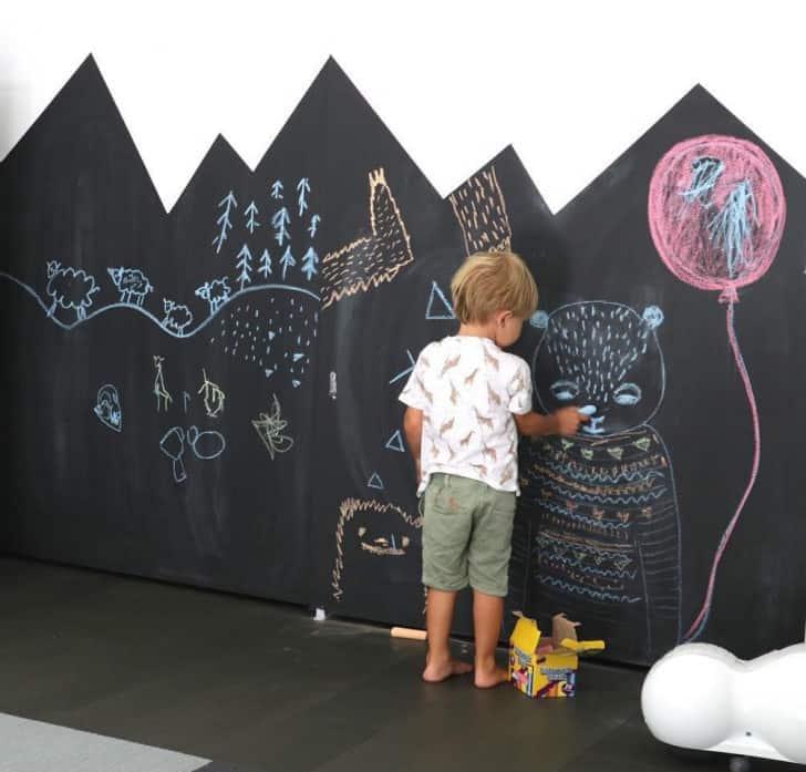 Niño dibujando en la pared