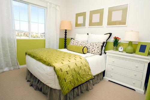 habitacion de niña de blanco y verde