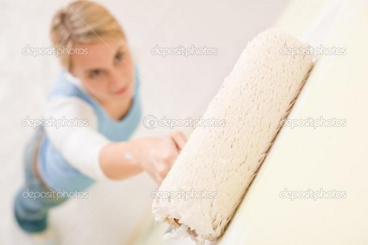 Mujer pintando pared