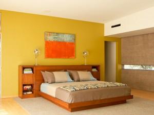 El color mostaza en la pintura de las paredes y la decoración