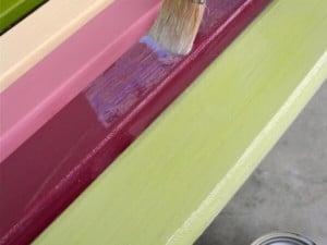 Renovando un viejo banco de jardín con pintura