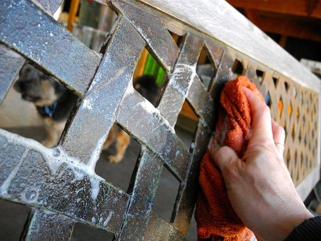 Renovando un viejo banco de jard n con pintura - Como limpiar hierro oxidado ...