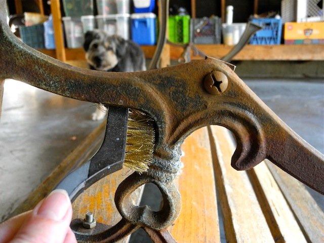 Renovando un viejo banco de jard n con pintura - Quitar oxido hierro ...