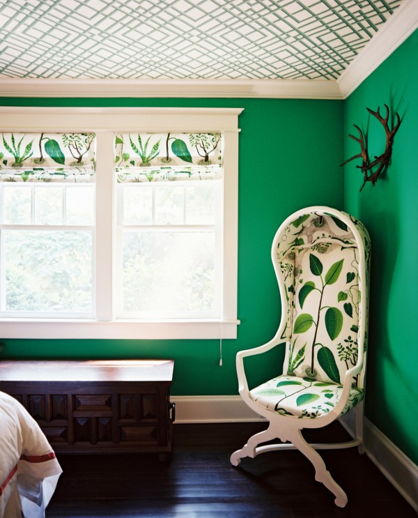 Silla tapazada en hojas esmeralda