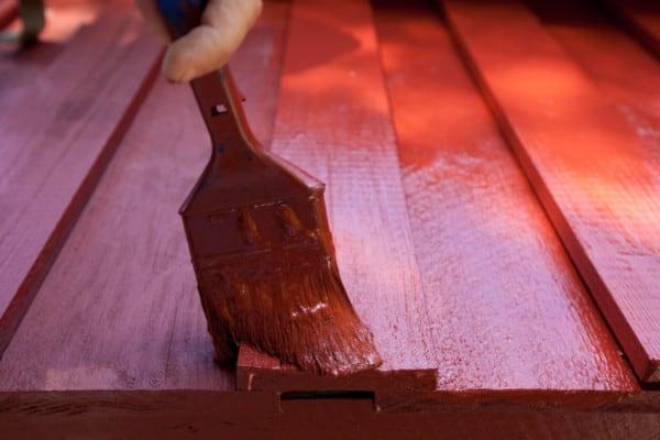 Pintando madera con pintura roja