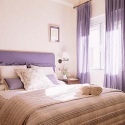 Cabecero y cortinas lavanda