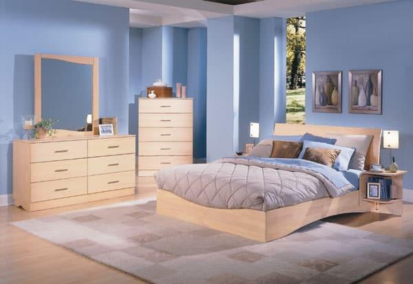 dormitorio azul con muebles claros