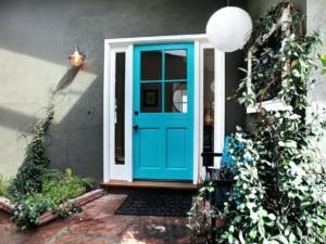 Pinta la puerta de entrada de color