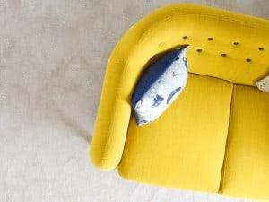 Sofá amarillo, ¿de qué color pintar las paredes?