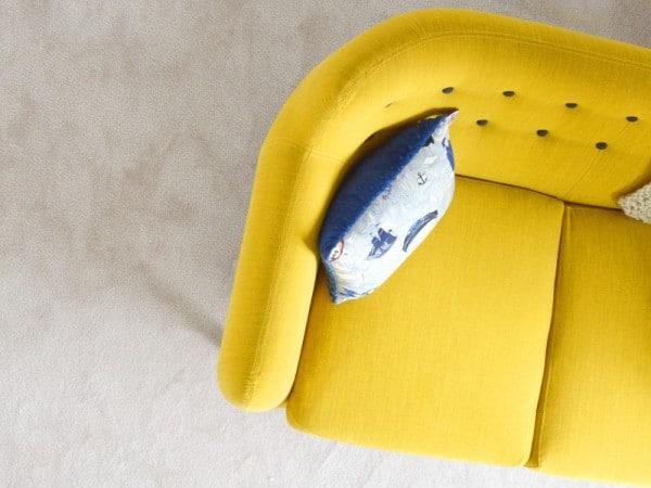 Sofá amarillo mostaza
