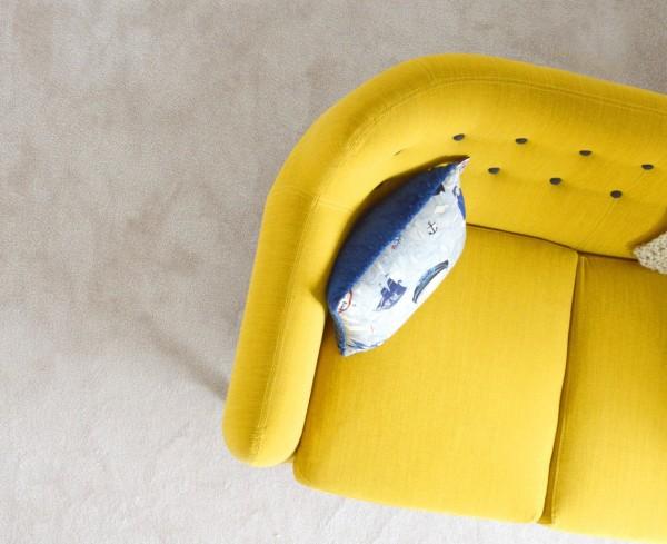 Sofa pequeño amarillo