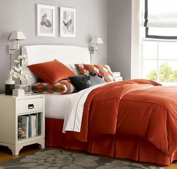 Dormitorio con acolchado naranja