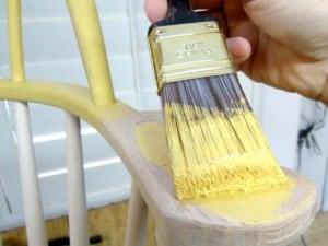Reacondiciona con pintura muebles y objetos viejos para decorar