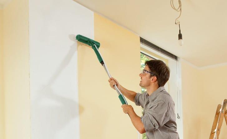 Pintando pared con rodillo electrico
