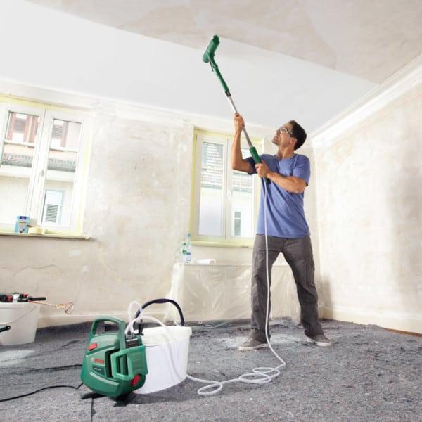 Pintando techo con rodillo electrico