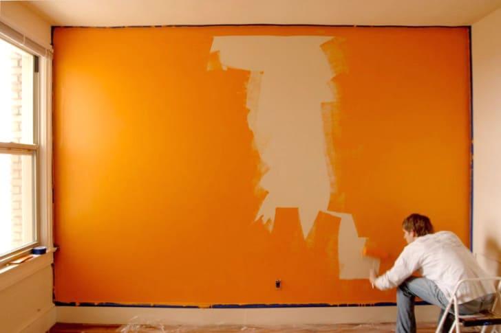 Pintando pared de color naranja