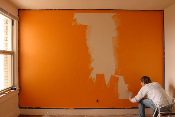 Pintor pared naranja