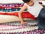 Así se hacen las alfombras de bolas