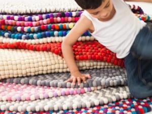Así se hacen las alfombras de bolas de fieltro