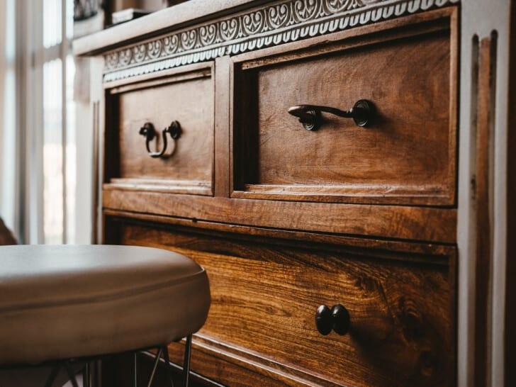Antiguo mueble de madera oscura