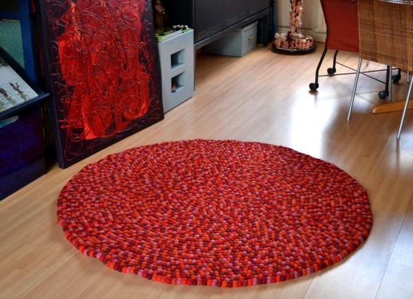 Alfombra de bolas de fieltro rojo y rosa