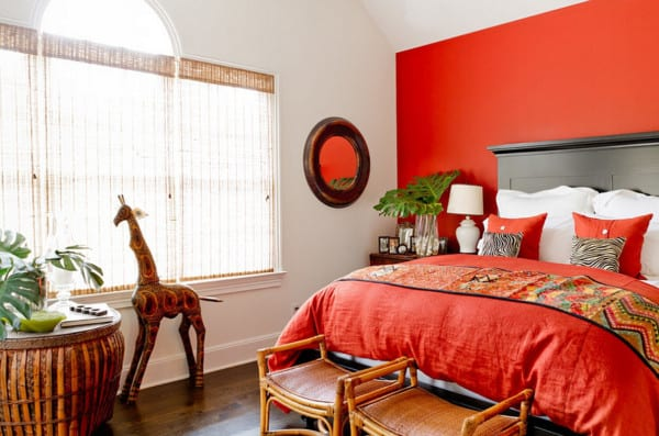 Dormitorio de pareja con pared roja