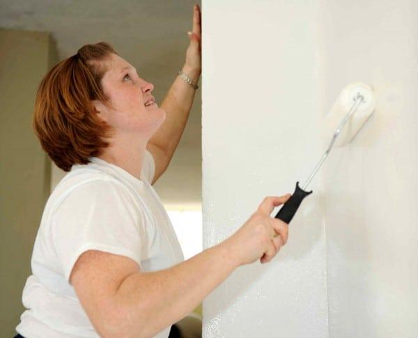 Mujer pintando la pared