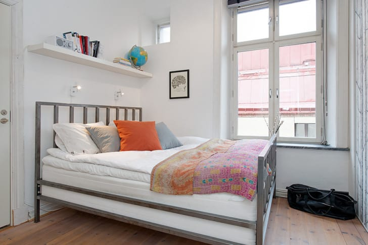Habitación pequeña paredes blancas
