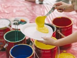 ¿Qué color se forma al mezclar amarillo con otros colores?