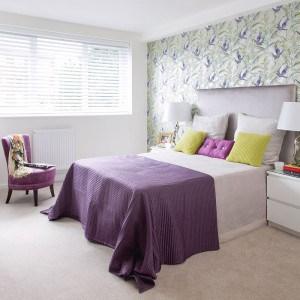Dormitorio blanco y ultravioleta