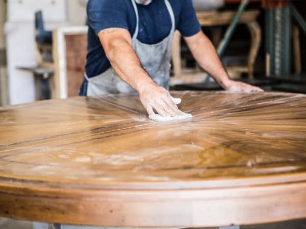 Lijando mesa de madera