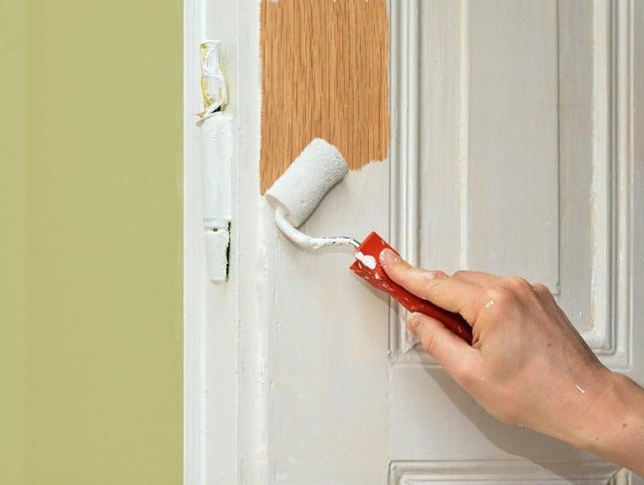 Se puede pintar una madera barnizada for Colores para pintar puertas de madera