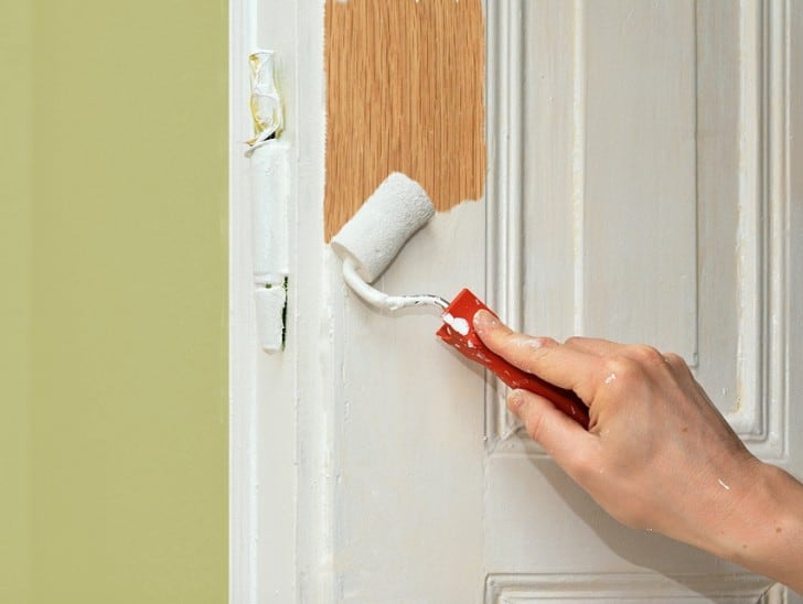 Pintando puerta de madera