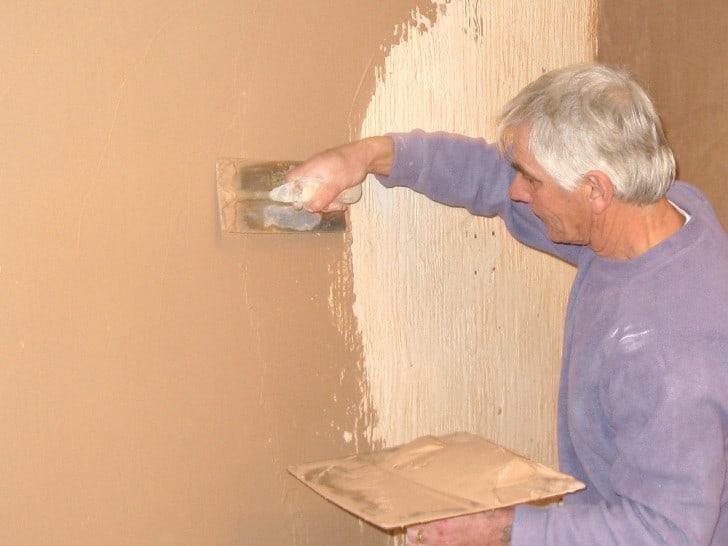 Alisando paredes con llana