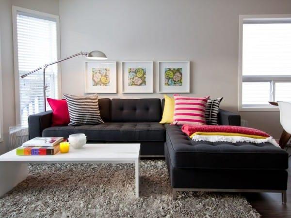 Sofá con almohadones coloridos