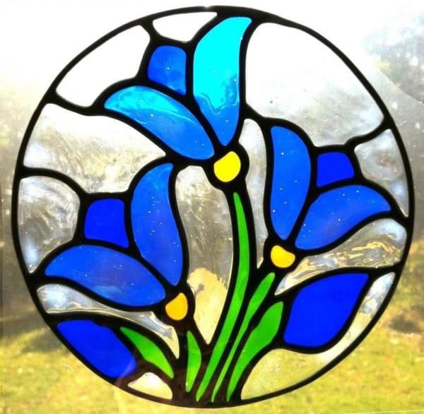 Falso vitral de flores azules