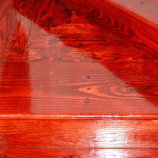 Madera de pino coloreada y barnizada