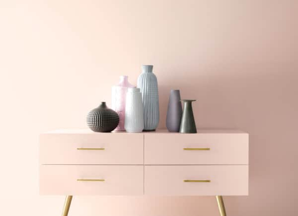 Pared y mueble en rosado pastel